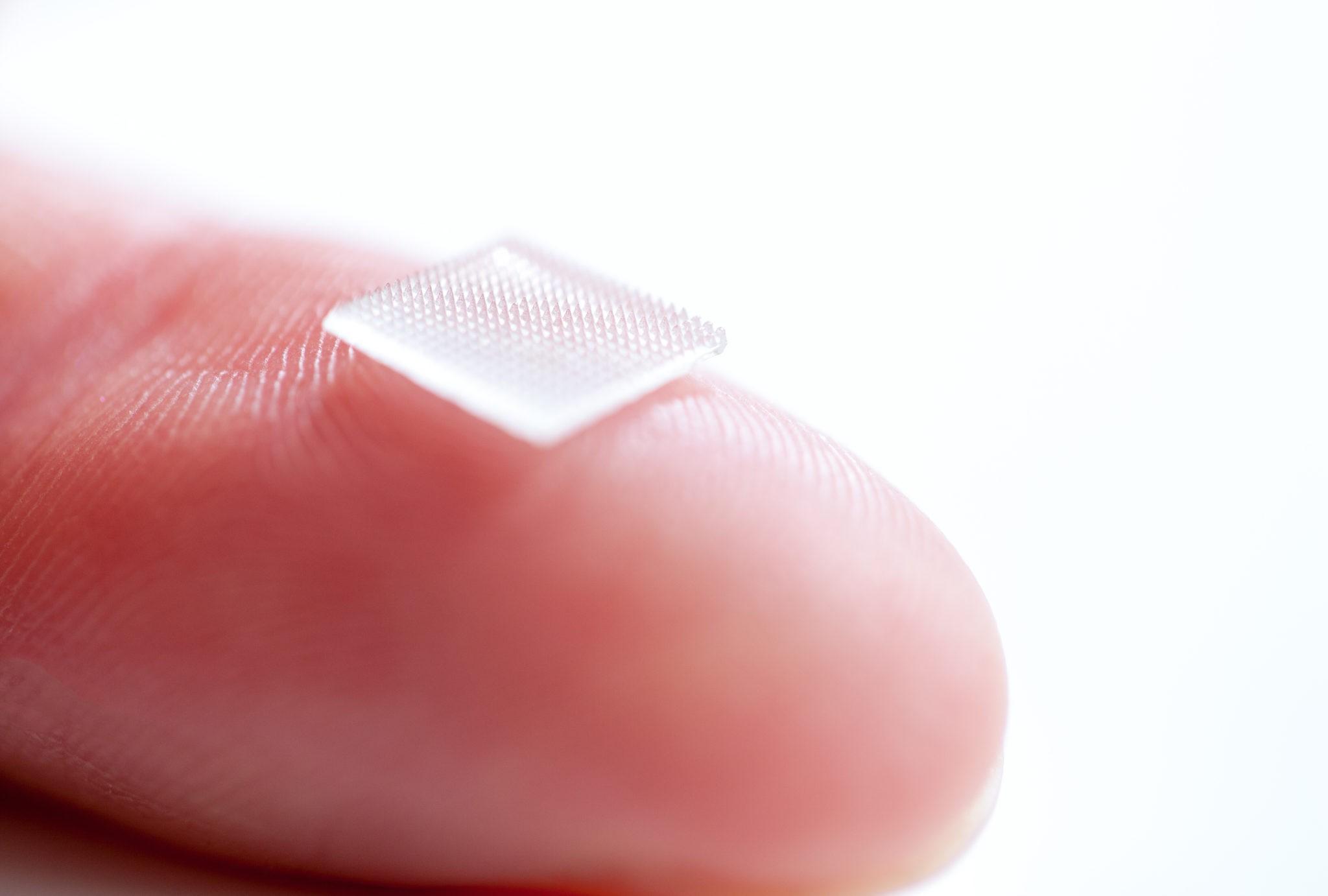 Mikronadelpflaster auf einer Fingerkuppe