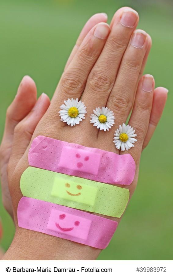 Hand mit Pflaster und Blumen
