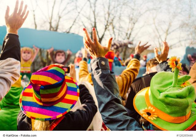 Menschen bei einem Karnevalsumzug