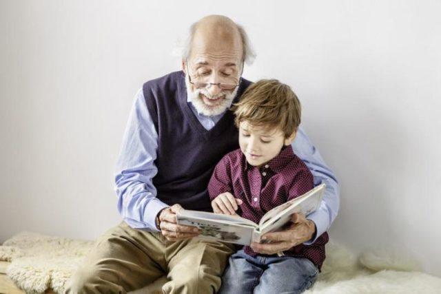 Großeltern: Opa und Enkel