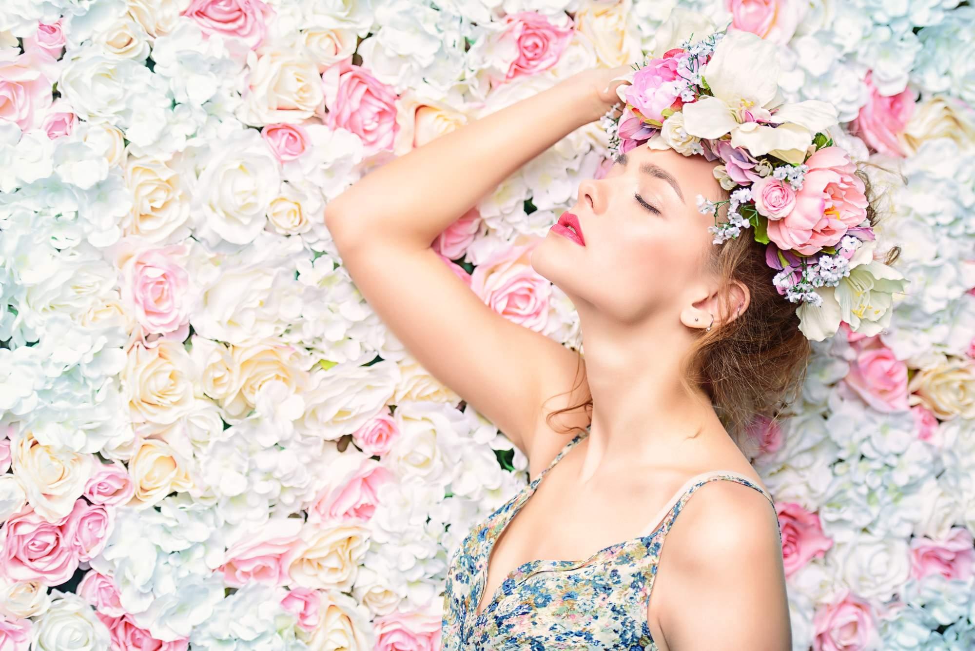 Haut kann riechen - Frau im Blütenmeer