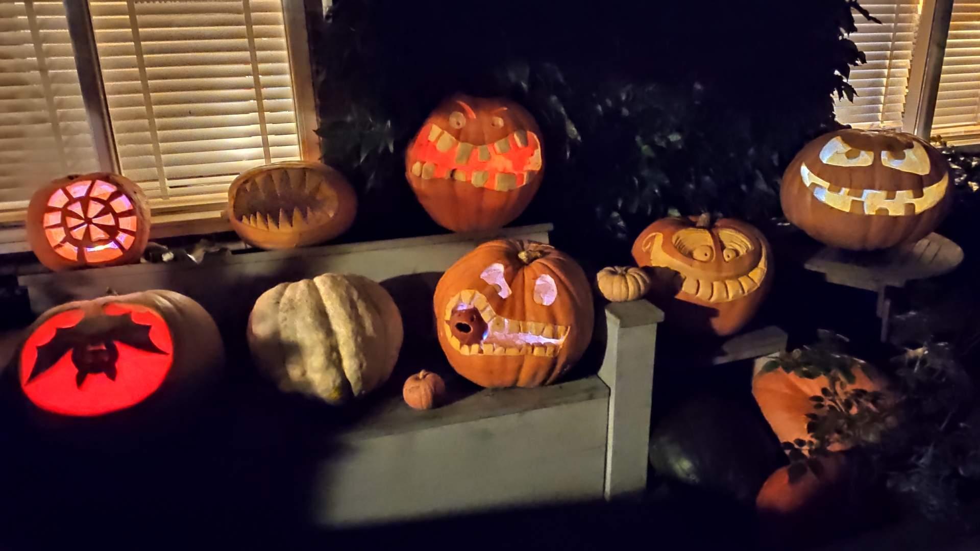 Kürbisse mit Lichtern sind die passende Deko zu Halloween