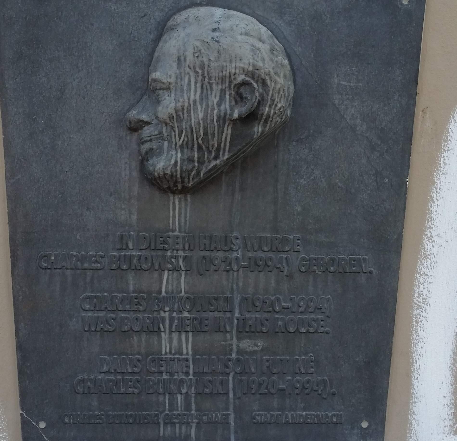 Gedenktafel am Geburtshaus von Charles Bukowski